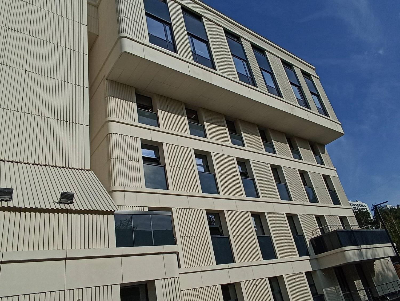 Алюминиевые окна. Комплекс работ по остеклению здания строящейся детско-взрослой поликлиники.