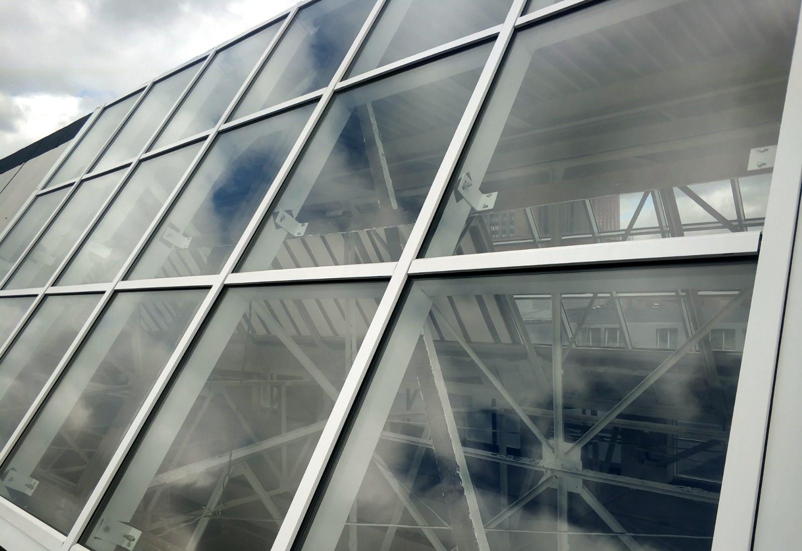Противопожарные витражи EIW60 на кровле торгового центра МЕТРО